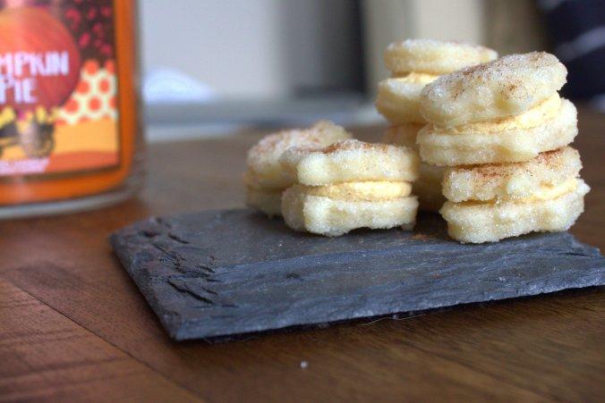 Pumpkin Spice Sandwich Cookies | www.thebahamallama.com